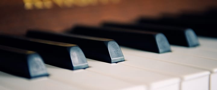 4 Tips on How to Play the Piano with Both Hands