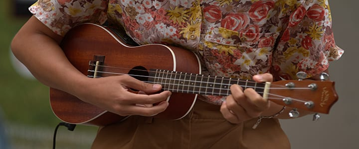 Playing A Ukelele : 4 basic ukulele chords 10 easy songs to play for beginners ~ Russianpoet.info Haus und Dekorationen