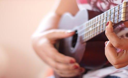 how to strum a ukulele