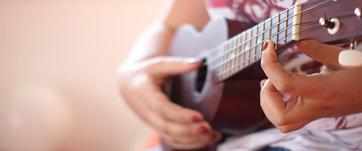 Video: How to Strum a Ukulele for Beginners