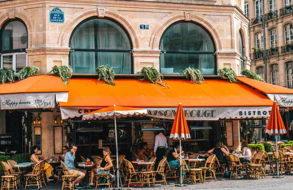 15 Greetings in French: How to Properly Meet & Greet Someone in France